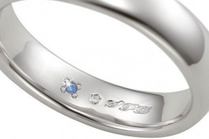リングの内側に青く発光するダイヤモンド